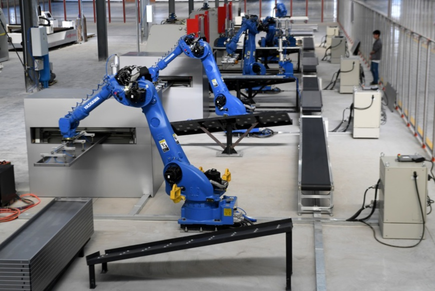An industrial robot is working on a production line of an elevator manufacturer in Xinyu, east China's Jiangxi province, April 13. Photo by Ling Houxiang, People's Daily Online