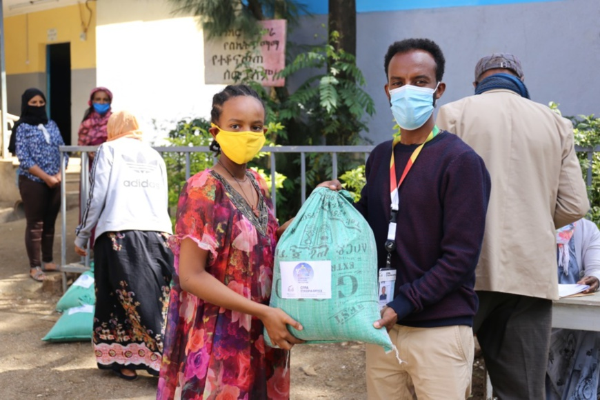 An employee of the China Foundation for Poverty Alleviation Ethiopia Country Office donates food to a local student on May 18. Photo courtesy of Tigist, employee of the China Foundation for Poverty Alleviation Ethiopia Country Office