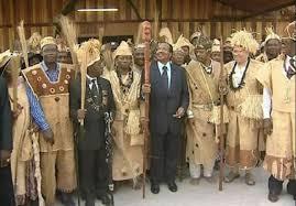 Le président Paul Biya porté à la dignité de « Nnom Ngui'i » par les chefs traditionnels de la région du Sud en 2011.
