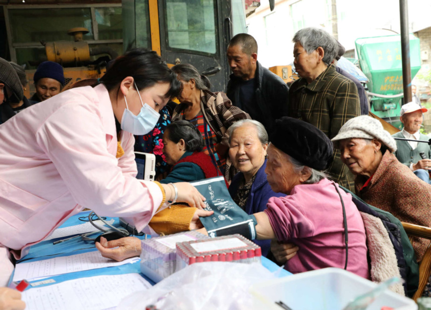 Medical workers check health conditions for empty-nesters for free in Huanglian village, Qingshuiping town, Baojing county, Central China's Hunan Province on May 14. (Photo by Yu Caihua/People's Daily Online)