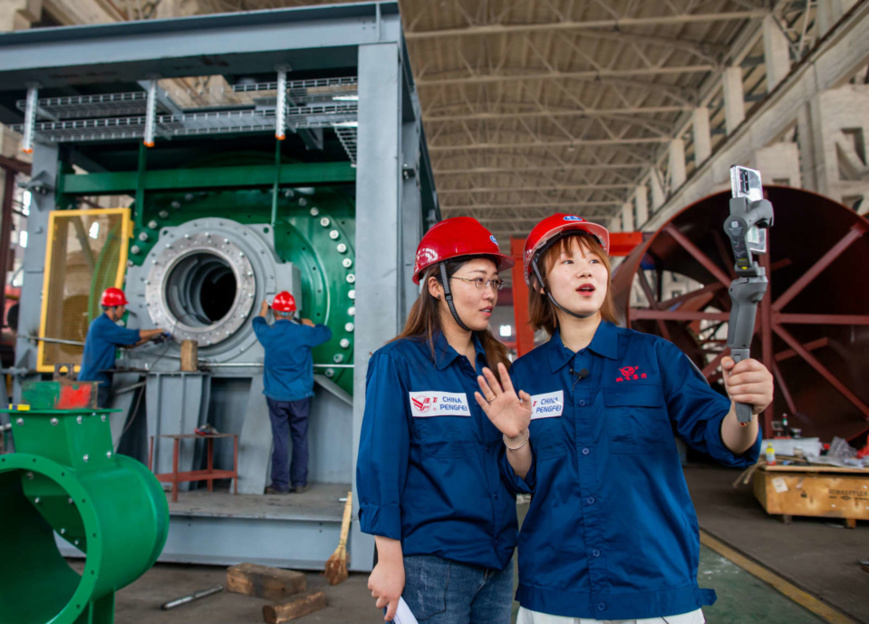 Employees with Jiangsu Pengfei Group Co., Ltd. introduce its manufacturing process to customers from both home and abroad via the live-streaming platform under the Canton Fair, June 15. (By Zhai Huiyong/People's Daily Online)