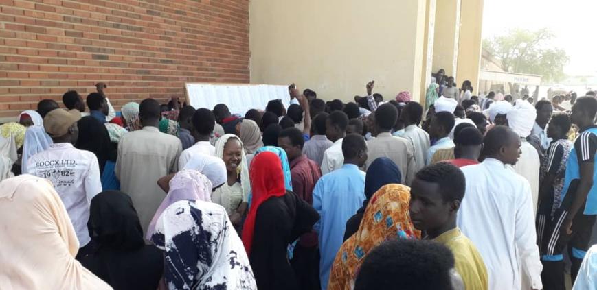 Des élèvent consultent des fiches d'affichage pour le baccalauréat au Tchad. Illustration ©D.H./Alwihda Info