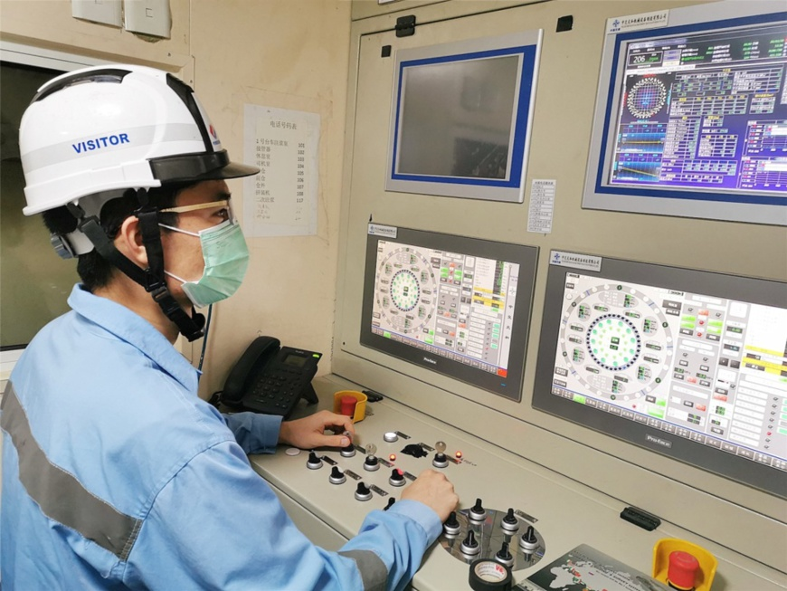 A technician monitors tunneling parameters at the No. 1 tunnel of the Jakarta-Bandung high-speed railway, Feb. 10. Photo provided by the first division of the Jakarta-Bandung high-speed railway project