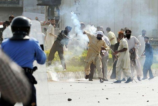 Des Pakistanais affrontent les forces de l'ordre lors d'une manifestation contre le film anti-islam, le 21 septembre 2012 à Islamabad  afp.com/Aamir Qureshi