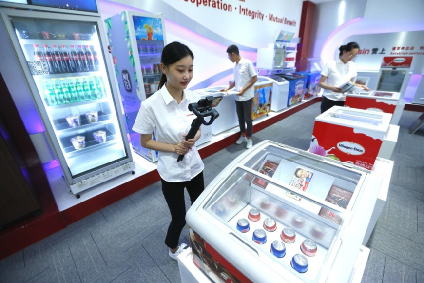 A salesperson of Qingdao Essin Electrical Appliances Co., Ltd. at Bei'an street, Jimo district, Qingdao city, east China's Shandong province, promotes refrigerators designed for African and other overseas markets via a live-streaming platform of Canton Fair, June 15. (Photo by Liang Xiaopeng/People's Daily Online)