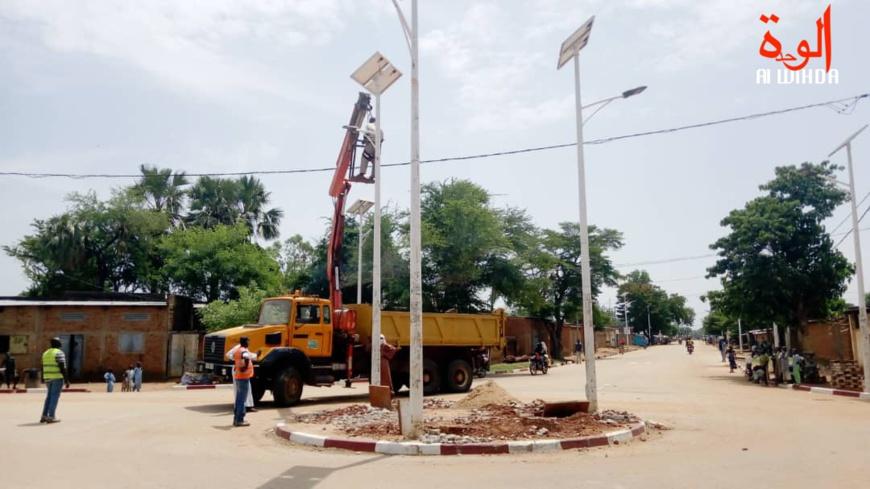 Des travaux de réparation sur un poteau à énergie solaire dans un rond-point à Moundou. © Golmem Ali/Alwihda Info