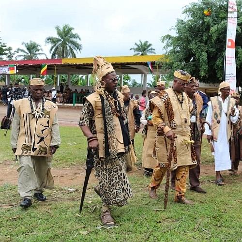 Un groupe de chefs traditionnels au cours du Festival Mvet Oyeng 2019 à Ambam, région du Sud Cameroun.