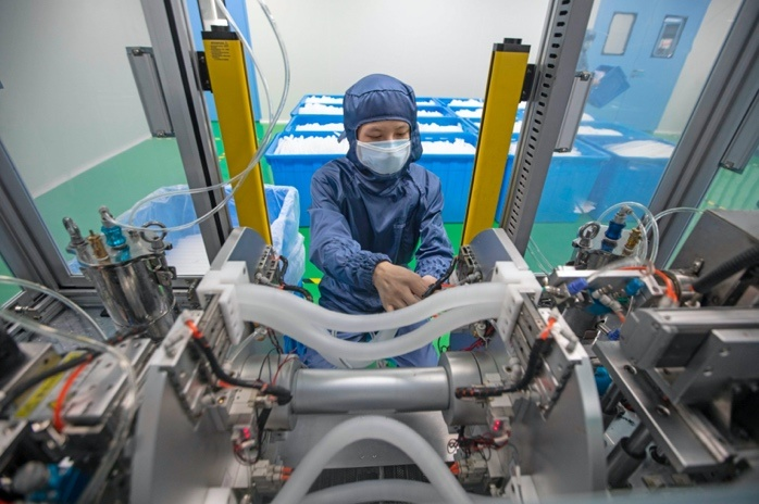 A worker packages breathing circuits to be exported at a medical apparatus company in Cixi, Ningbo, East China's Zhejiang Province on July 14. Photo by Zhang Yongtao/ People's Daily Online