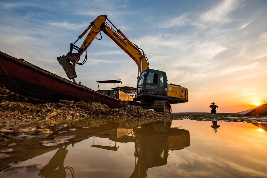 An excavator dismantles a fishing boat near the Changji Mountain in Poyang Lake, east China's Jiangxi province, April 26. Photo by Fu Jianbin/People's Daily Online