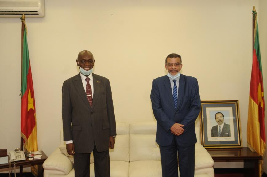 Le ministre camerounais des Domaines, du Cadastre et des Affaires foncières, Henri Eyebe Ayissi (à gauche) et l'ambassadeur sortant de Tunisie au Cameroun, Jalel Snoussi (à droite).