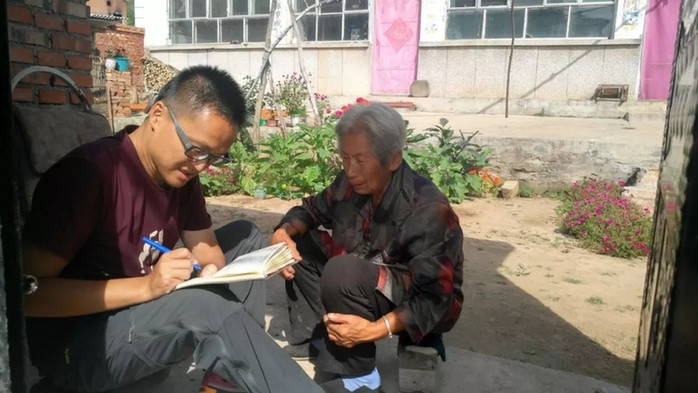 Lyu Xiaoxun (left) visits local people to get a clear picture of the situation of every household in Yuying village, Luanping county in North China's Hebei Province. Photo: Official website of the All-China Journalists Association