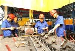 Fresh college graduates who have secured jobs through financial support are going through pre-job training at a machinery enterprise in Feidong county, east China's Anhui province, July 16. People's Daily Online/Wang Shangyun