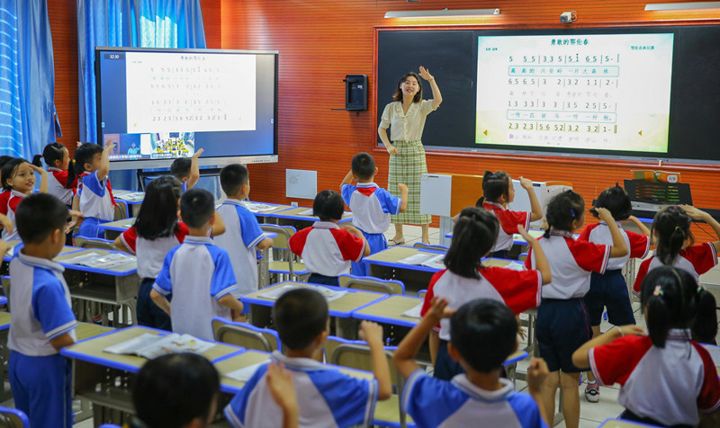 Forty students in Haikou, capital of south China's Hainan province, and 12 students in Yongxing county, Binzhou, central China's Hunan province, jointly have a 5G music class in their respective classrooms, July 9. (Photo by Zhang Mao/People's Daily Online)