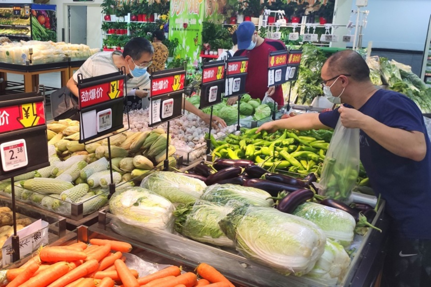 Citizens buy vegetables in a supermarket in Zhichun Road, Haidian district of Beijing, June 16. Vegetables and fruits are in sufficient supply and stable price in Beijing's supermarkets. People's Daily Online/Guo Junfeng