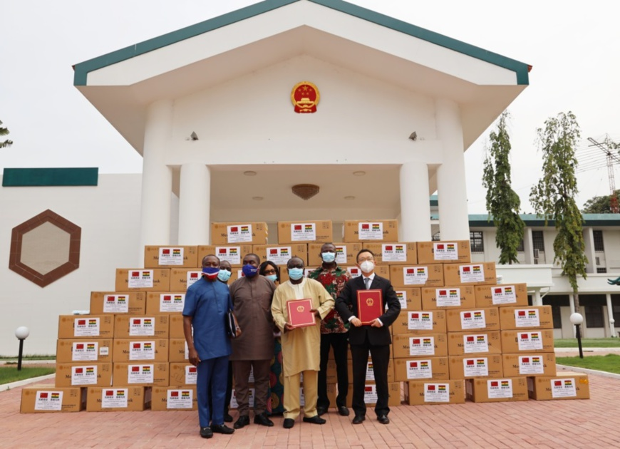 Staff members at the Embassy of China in Ghana deliver medical supplies donated by the International Department, Central Committee of the Communist Party of China (CPC) to Ghanaian officials. (Photo/Courtesy of the Embassy of China in Ghana)
