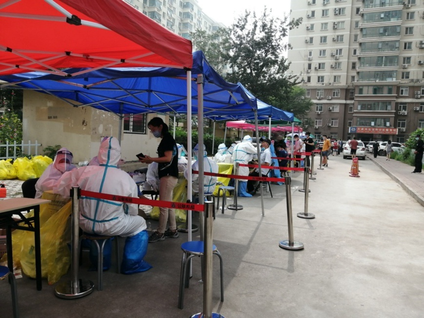 Citizens go through nucleic acid test in a residential complex in Changping district, Beijing on July 28. Photo by Du Jianpo/People's Daily Online