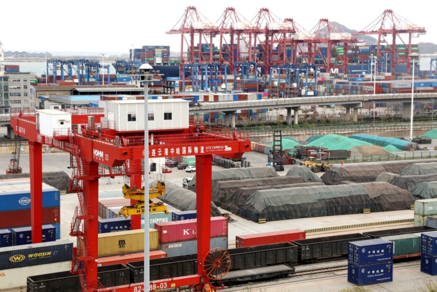 Cargos are being handled at China-Kazakhstan Lianyungang Logistics Cooperation Center, east China's Jiangsu province, April 9. People's Daily Online/Wang Chun