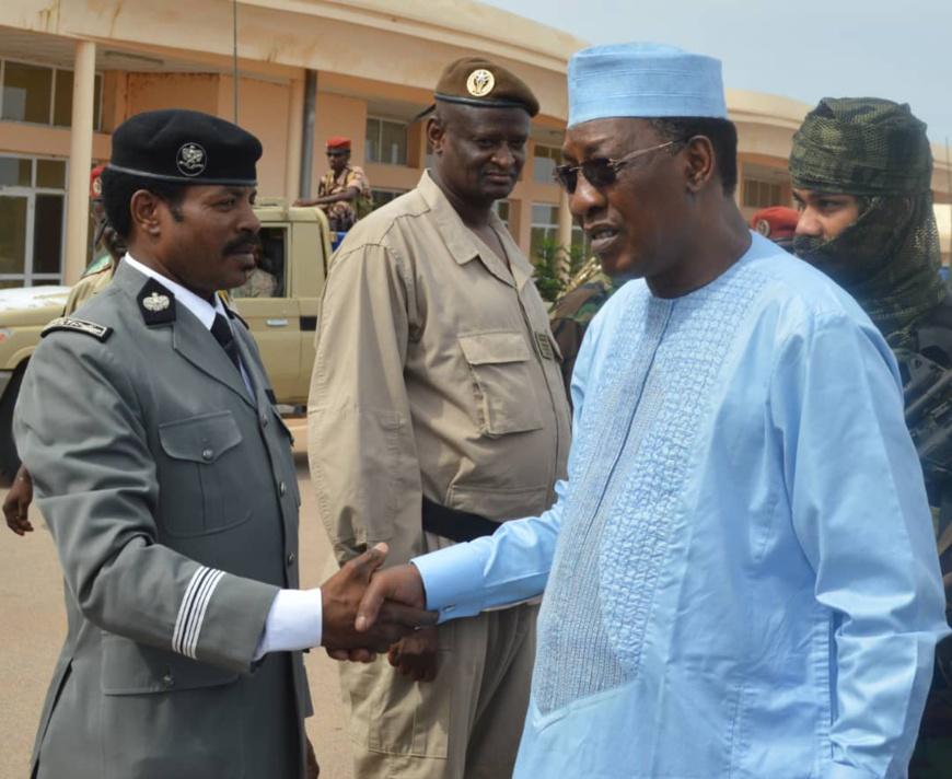 L'officier Ibrahim Djali Adam (à gauche), serrant la main au chef de l'État Idriss Déby. © Alwihda Info