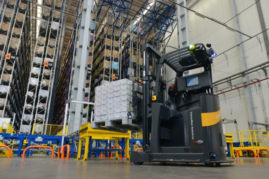 A 5G-powered forklift works in an unattended warehouse of Suning in Nanjing, Jiangsu province, Aug. 11. The forklift can work 24 hours a day. People's Daily Online/Dongfang Xu