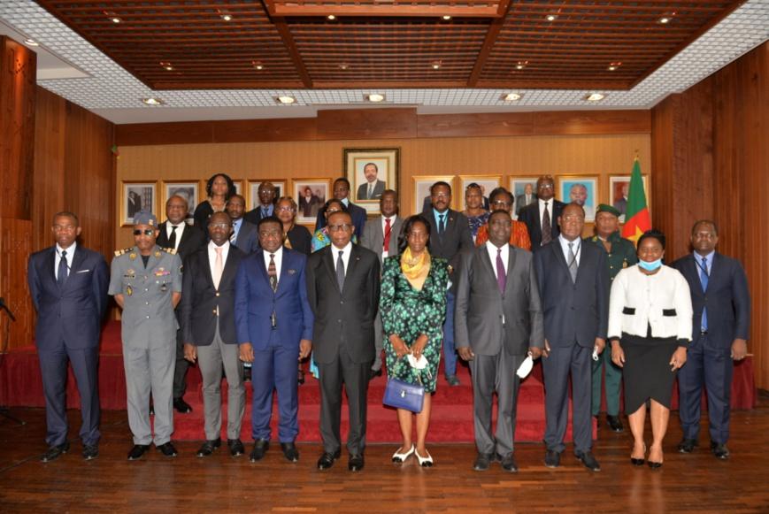L'ambassadeur André-Magnus Ekoumou (au centre en lunettes), entouré de la grande famille diplomatique camerounaise de France.