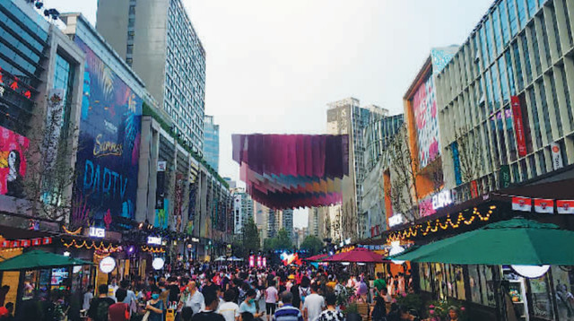 Photo shows the crowded Wangjing Walk. Photo from Beijing Business Today