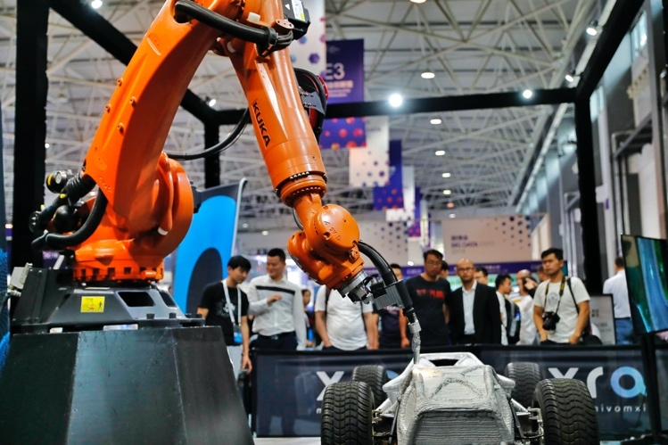 Photo shows a robotic arm exhibited at the China International Big Data Industry Expo on May 26, 2019. The robotic arm has been applied in many automobile manufacturing industries. Photo by Luo Jia/People's Daily Online