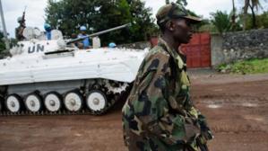 Un rebelle du M23 qui passe devant un char de l'ONU. Crédits photos : sources.