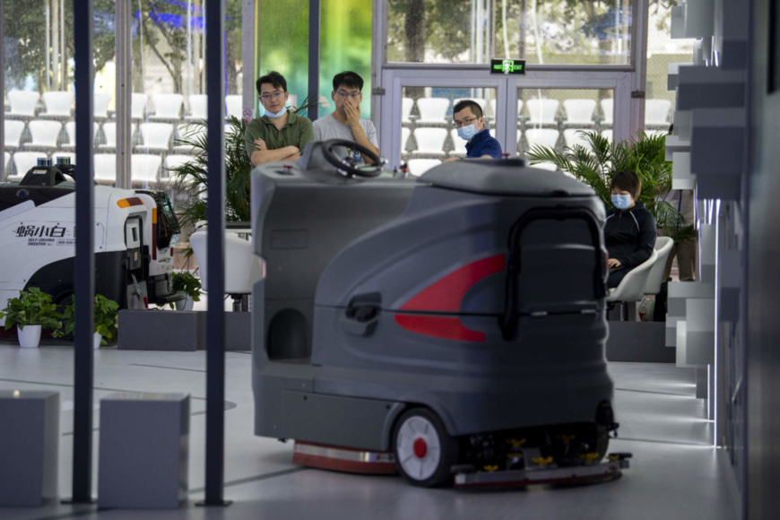 On Sept.1, technicians adjust equipment in the service robots exhibition zone of the thematic exhibition pavilion of the 2020 China International Fair for Trade in Services (CIFTIS). (Photo by Weng Qiyu/People's Daily Online)