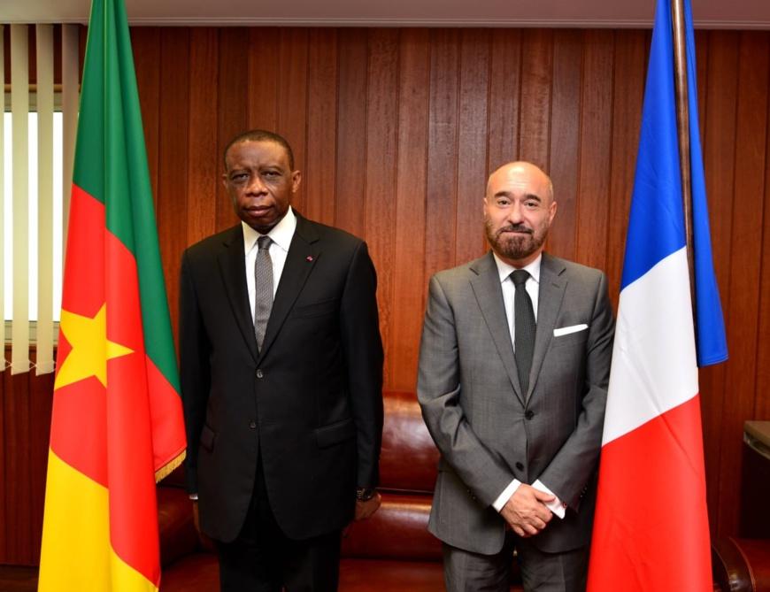 L'ambassadeur du Cameroun en France, André-Magnus Ekoumou (à gauche) et Pierre-Christian Soccoja, directeur-adjoint du protocole d'Etat et des événements diplomatiques (à droite).