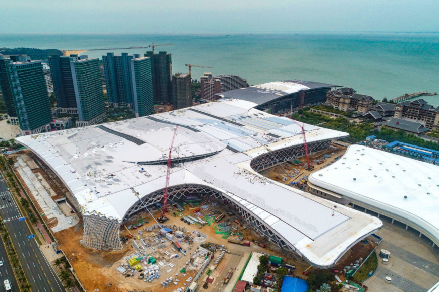 Photo taken on April 2 shows the construction site of the second phase of the Hainan International Convention and Exhibition Center project. Photo by Wang Chenglong/People's Daily Online