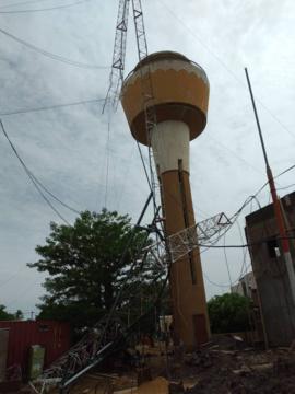 L'ancien pylône de la radio Al Quoran Al-Karim, endommagé le 9 juillet suite à une forte pluie. © Malick Mahamat/Alwihda Info
