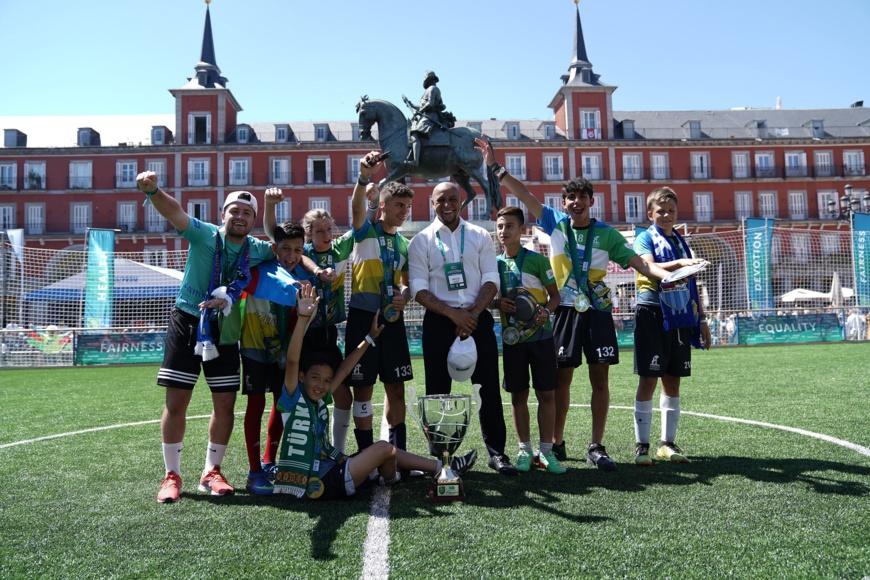 """Roberto Carlos est devenu l'ambassadeur Mondial du """"Football pour l'amitié"""". © Football for Friendship"""