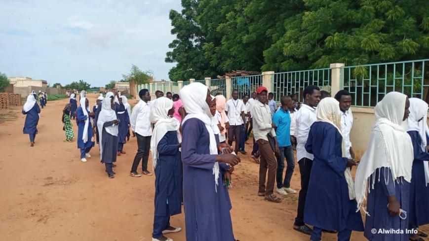 Des lycéens devant un centre d'examen du baccalauréat de Goz Beida, au Tchad, le 17 août 2020. Illustration © Mahamat Issa Gadaya/Alwihda Info