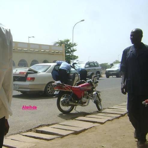 Des policiers tchadiens opèrent un contrôle musclé sur un véhicule. Crédits photos : Alwihda/E.N