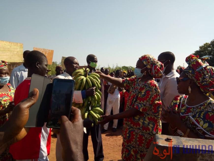 Tchad : la secrétaire d'État Alixe Naïmbaye offre 10 forages et un collège à des villages. ©Golmem Ali/Alwihda Info