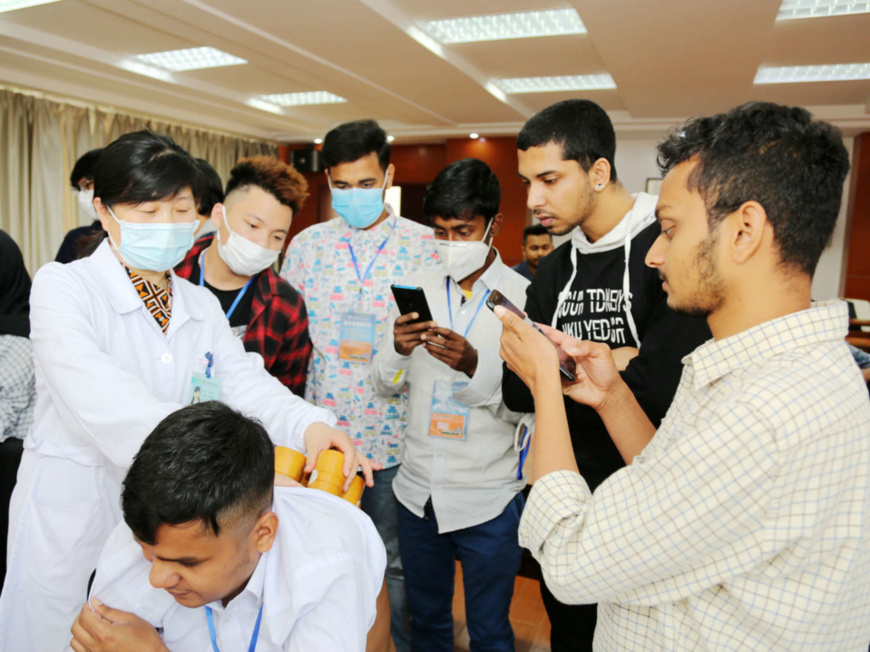 International students of Nantong Vocational College of Science & Technology learn about traditional Chinese medicine, Nantong, East China's Jiangsu Province, May 23. Photo by Feng Kaimin/People's Daily Online