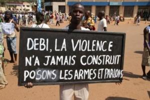 Des manifestants à Bangui demandent l'intervention d'Idriss Déby pour une résolution pacifique du conflit. Crédits photos : Diaspora Multimédia et Audiovisuelle. Bangui (Centrafrique).