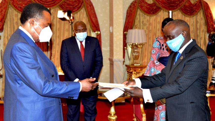 Le diplomate Mburu Chris Ndungu( à droite) présentant se lettres de créances