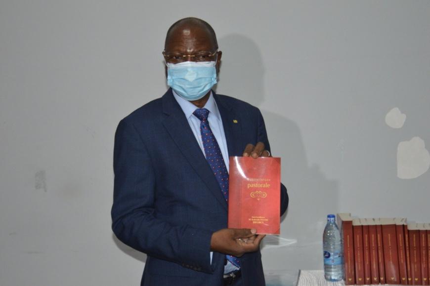 Tchad : Kalzeubé Payimi lance une opération de distribution de livres aux pasteurs