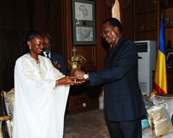 Le chef de l'Etat, Idriss Déby reçoit l'artiste Mounira Mitchala au Palais Présidentiel. Crédits photos : Presidencetchad.org