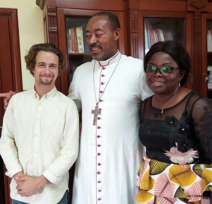 L'équipe chargée de sélectionner les jeunes, autour de Mgr Léopold Bayemi :  le Dr Eva'ah Assam Roulie Niquaise (à droite) et le chargé de mission d'Ani –international, Gabriel De Noray (à gauche).