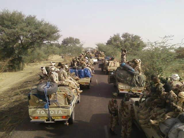 Un convoi de l'armée tchadienne en route pour Biltine lors des festivités du 19 décembre 2012.