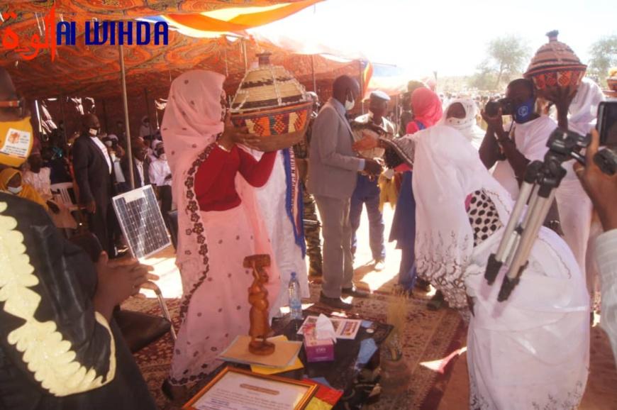 Tchad : des filles d'une école coranique offrent un Coran à la ministre de la Femme, retour sur la polémique