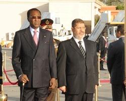 Idriss Déby et son homologue Mohammed Morsi, hier sur le tarmac de l'aéroport. Crédits photos : Presidencetchad