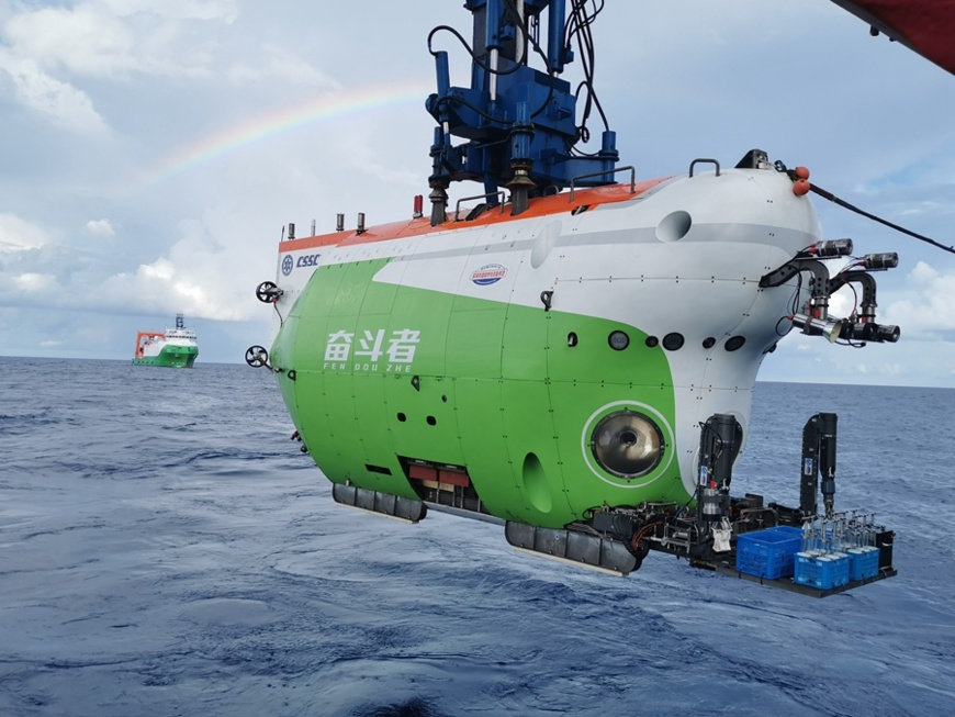 China's deep-sea manned submersible Fendouzhe is being lowered into the water. (Photo/Chinese Academy of Sciences)