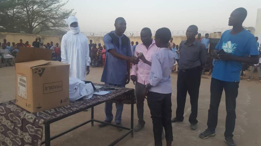 Tchad : l'ADETIC offre des tablettes électroniques à des jeunes d'Am Timan