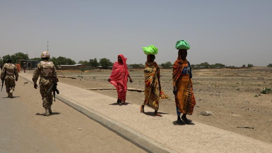 Des femmes passent devant des soldats sur un pont séparant le Cameroun et le Nigéria, à Gamboru Ngala, Borno, Nigéria, le 27 avril 2017 © Afolabi Sotunde / Reuters