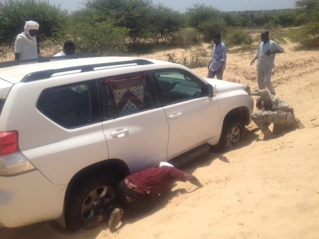 Le véhicule du ministre de l'Agriculture et de l'Irrigation, Adoum Djimet s'enfonce dans le sable en pleine mission. Tchad