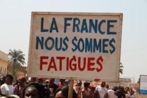 """Un manifestant brandit une pencarte mentionnant """"La France nous sommes fatigués"""", en Centrafrique. Une phrase qui en dit long sur le soutien de ce pays aux dictateurs notamment la Djibouti. Crédits photos : Sources"""
