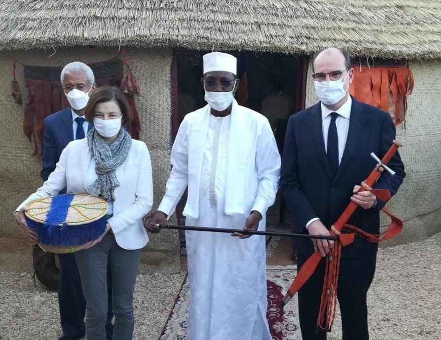 Tchad : le président et le premier ministre français se sont offert des cadeaux à Amdjarass